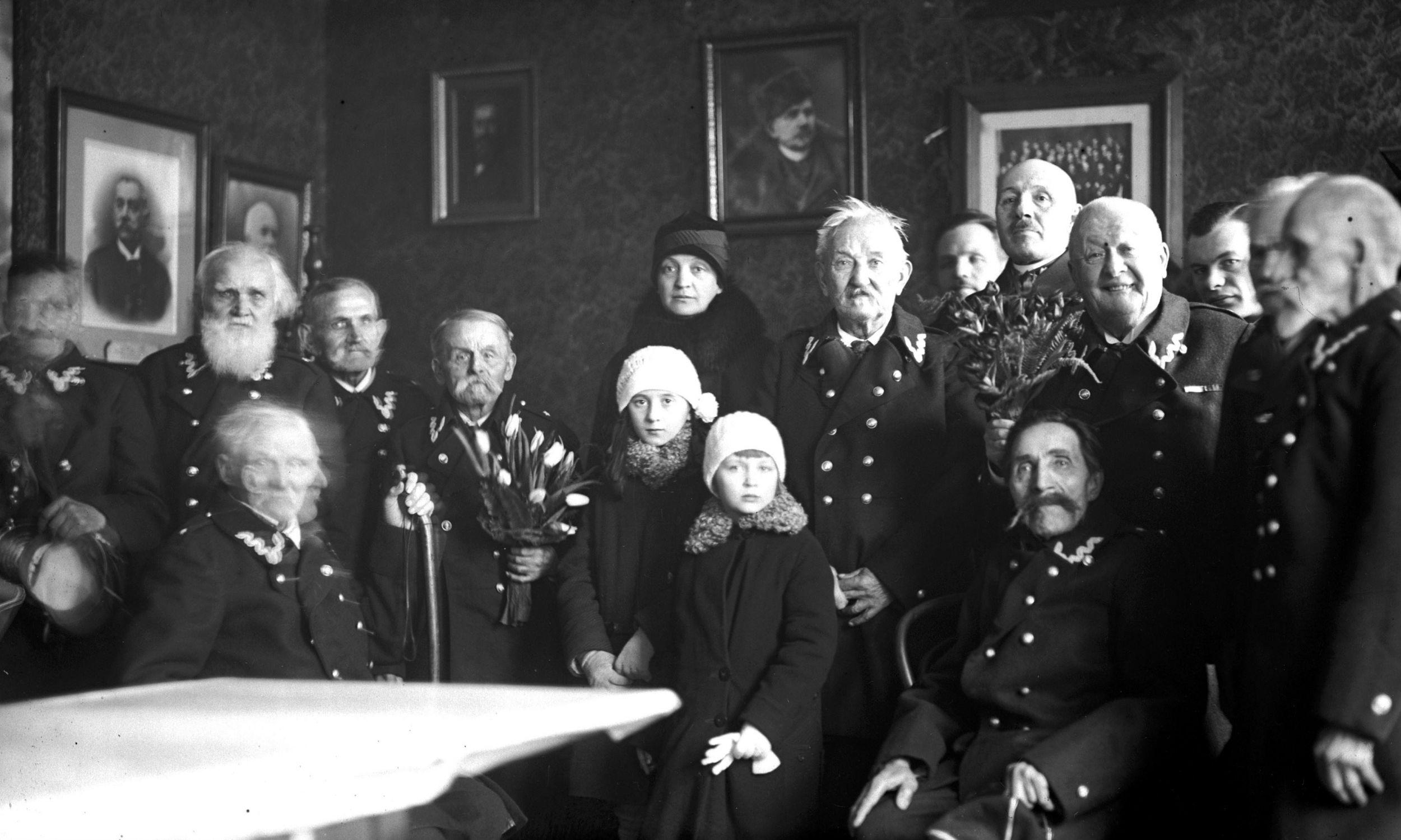 Rok 1928. Aleksandra Piłsudska z córkami Wandą i Jadwiga w schronisku dla weteranów 1863 roku. Fot. NAC/IKC