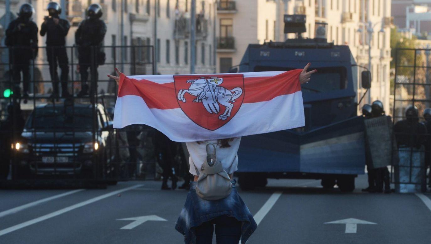 """Przed niedzielnym protestem w Mińsku, który władze uznały za """"nielegalną akcję masową"""", na ulice miasta wyprowadzono milicję i wojsko (fot. PAP/EPA/STR)"""