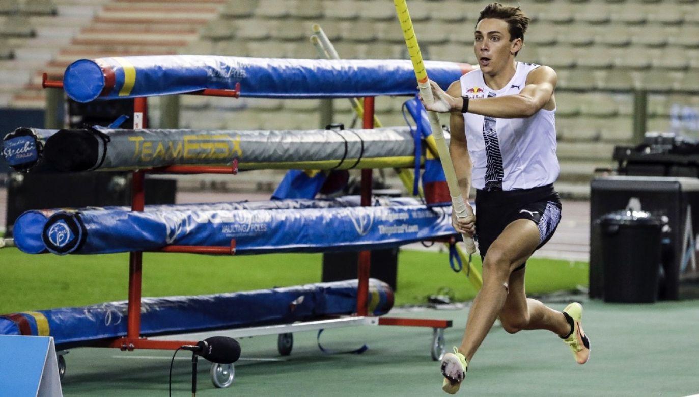 Rekordzista świata w skoku o tyczce Armand Duplantis otrzymał dodatkową motywację do kolejnych mityngów (fot. PAP/EPA/Stephanie Leccoq)