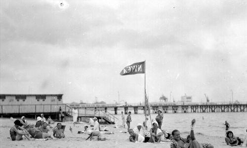 Od lat 20. zaczęła panować moda na opalanie się. To kolejny powód, dla którego morze stawało się popularne, a kostiumy coraz bardziej skąpe. W każdej plażowej torbie znajdował się obowiązkowo krem, który miał sprawić, że skóra będzie mimo tego opalania dobrze wyglądała. Prym wiódł rzecz jasna popularny już wówczas krem Nivea Na zdjęciu plaża nad morzem w Gdyni. Lipiec 1932. Fot. NAC/IKC, sygn. 1-U-1174
