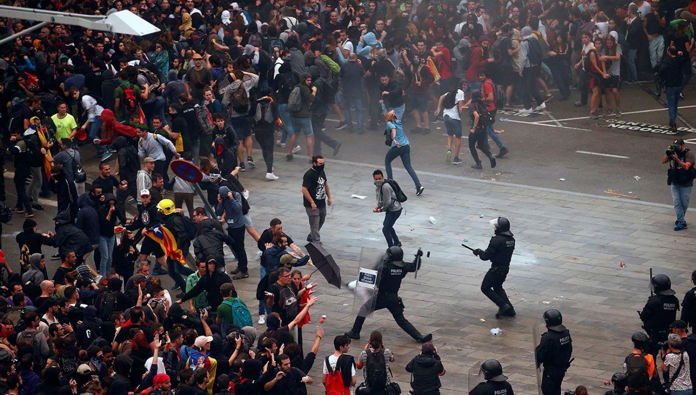Katalońska policja użyła pałek podczas demonstracji na lotnisku (fot. PAP/EPA/QUIQUE GARCIA)