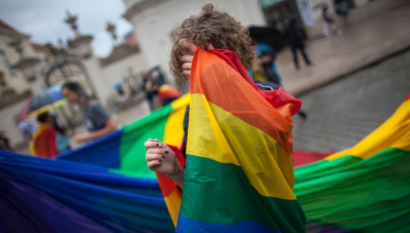 Osobnicy o odmiennych od większości społeczeństwa orientacjach seksualnych skupiają się w formalne i nieformalne grupy (fot. Maciej Luczniewski/NurPhoto via Getty Images)