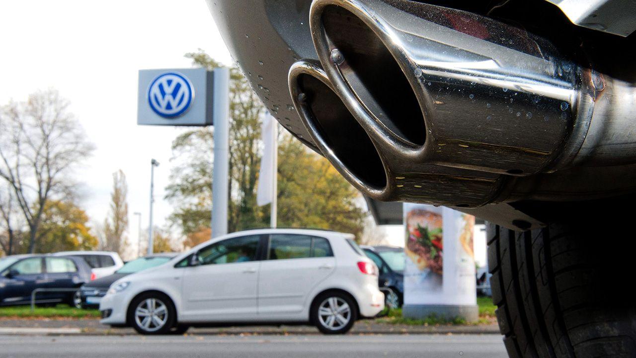 Komcerny Daimler i Volkswagen przeprosiły za testy (fot. arch. PAP/JULIAN STRATENSCHULTE)