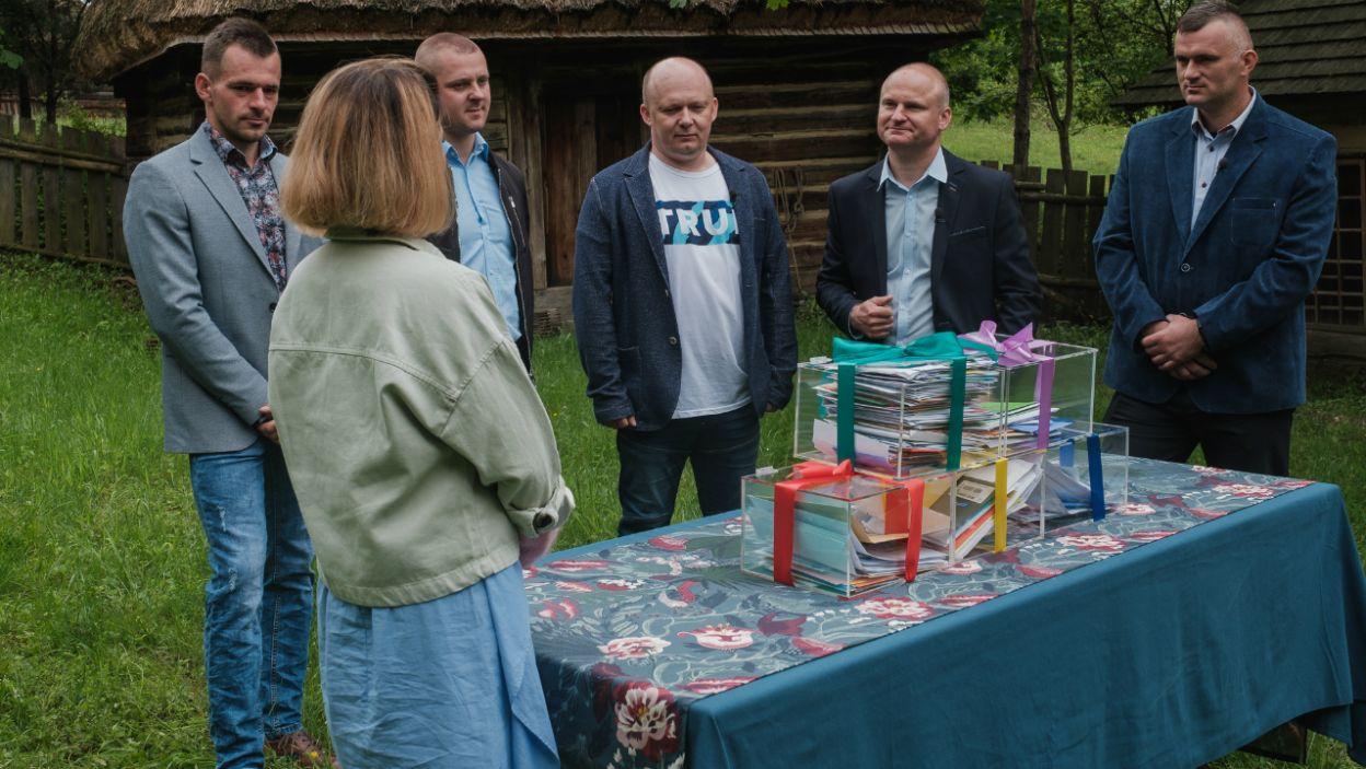 Wszyscy dostali sporo kopert, jednak jeden z rolników bardzo się zdziwił... (fot. TVP)