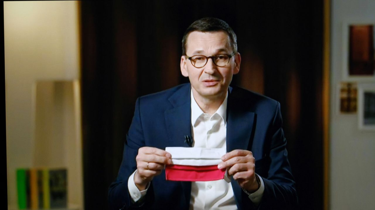 """Premier Mateusz Morawiecki w artykule dla """"FAZ"""" zaznacza, że Unia Europejska powinna przeznaczyć całkowicie nowe zasoby finansowe na walkę ze skutkami epidemii (fot. PAP/Mateusz Marek)"""