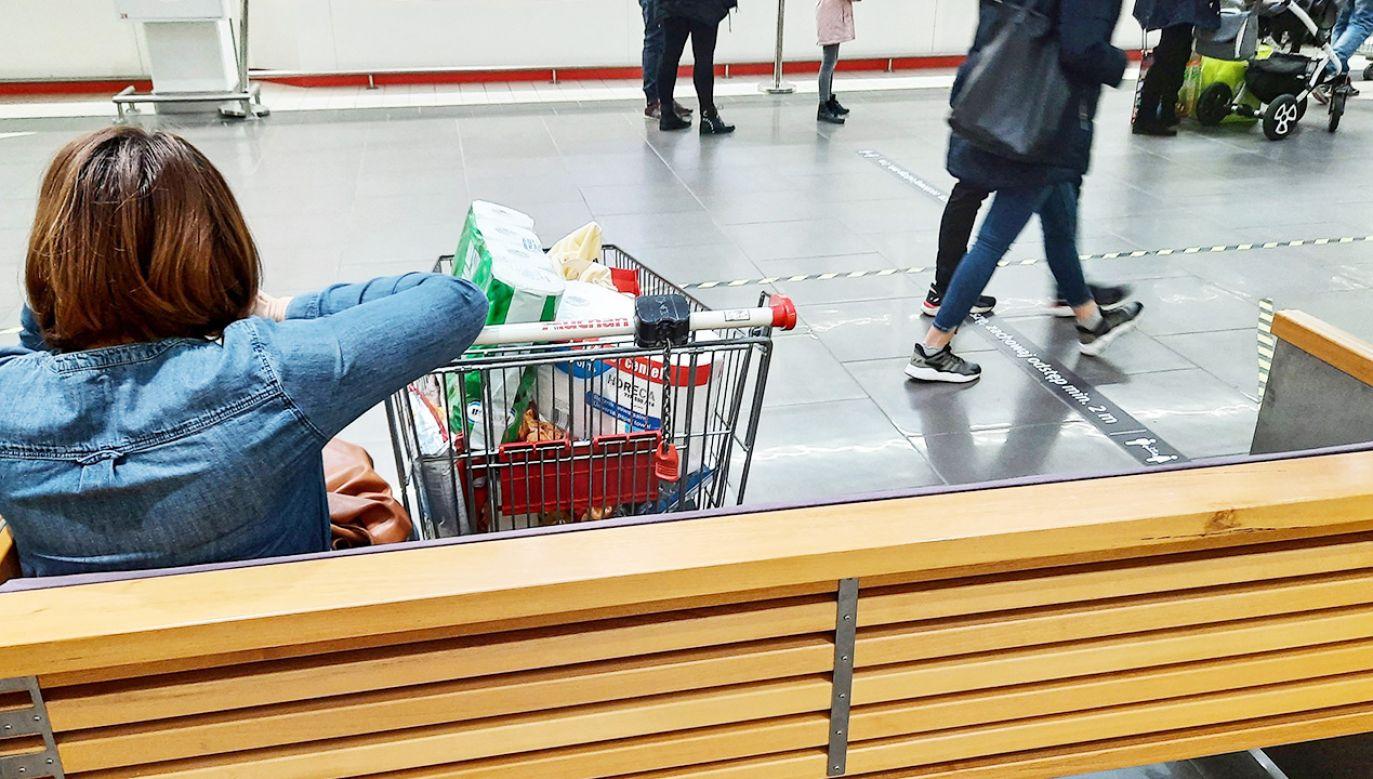 W galeriach handlowych i sklepach obowiązują obostrzenia sanitarne (fot. PAP/Wojtek Jargiło)