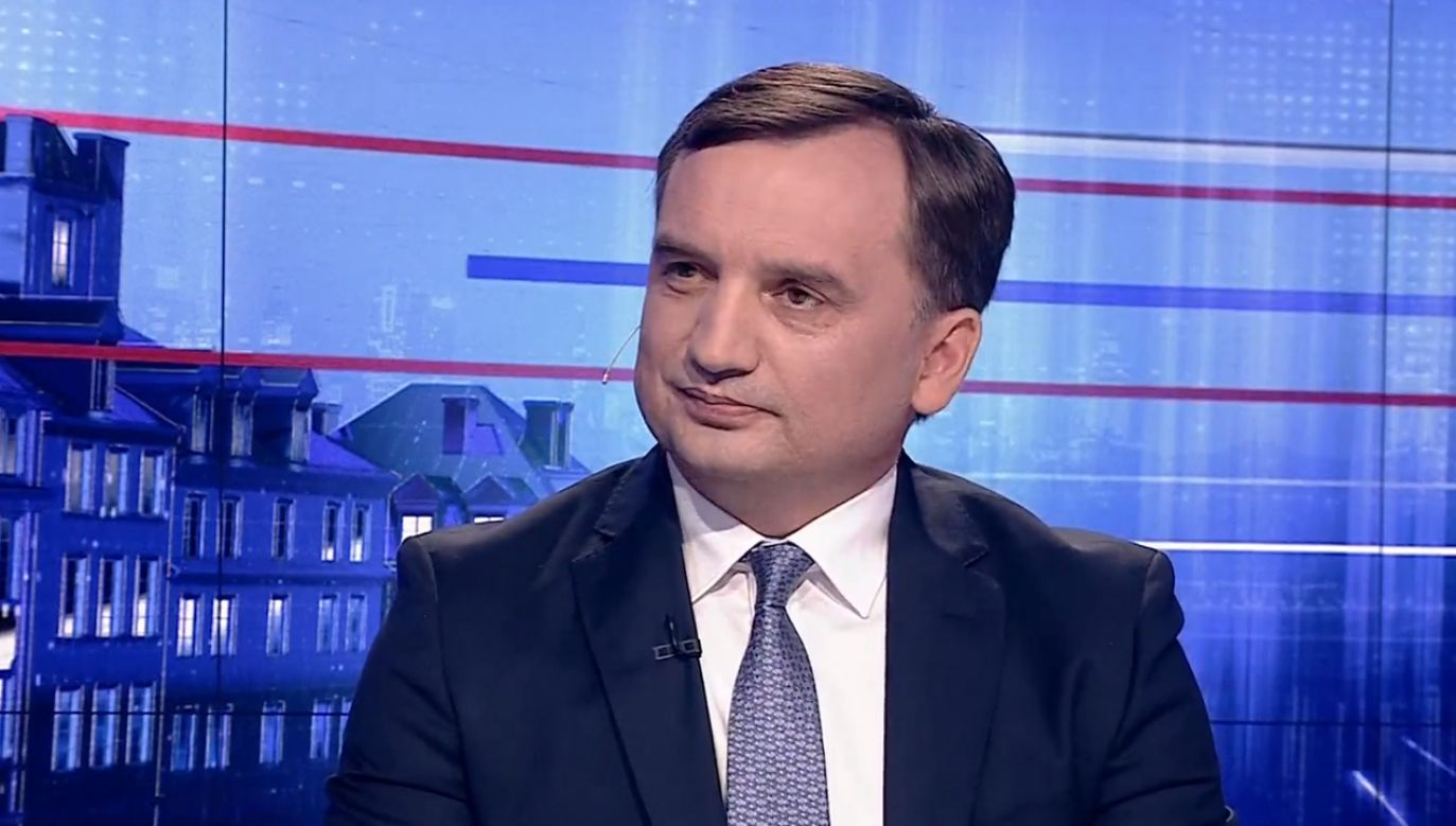 Minister sprawiedliwości ocenił, że rząd PiS i to, co reprezentuje PO to dwa różne światy (fot. TVP info)