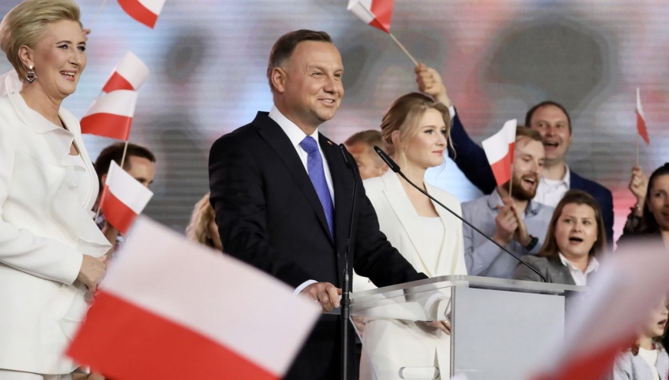 """""""Duda jest prezydentem, który nie tylko redystrybuuje pieniądze, ale redystrybuuje prestiż, respekt, godność"""" (fot. PAP/Leszek Szymański)"""