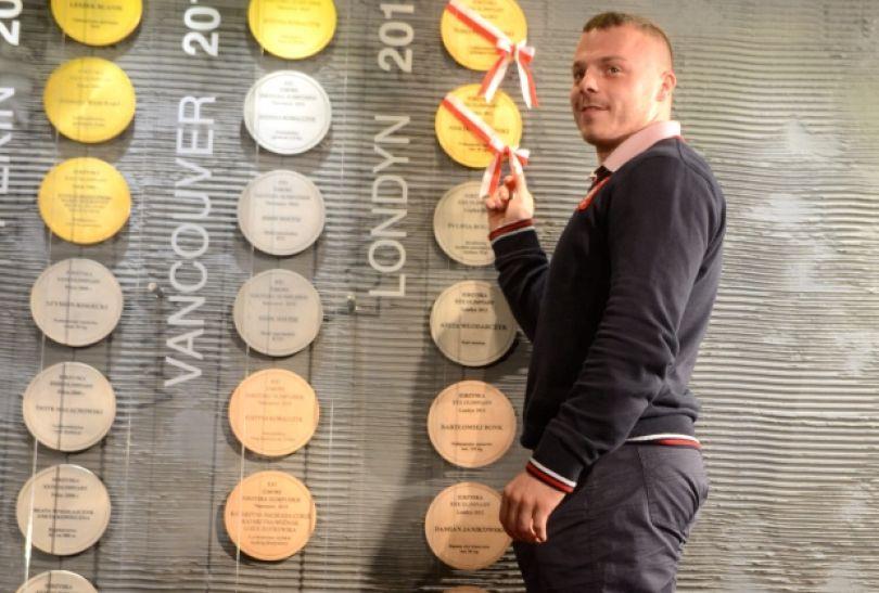 Adrian Zieliński odsłania replikę swojego złotego medalu zdobytego w Londynie (fot. PAP/Bartłomiej Zborowski)