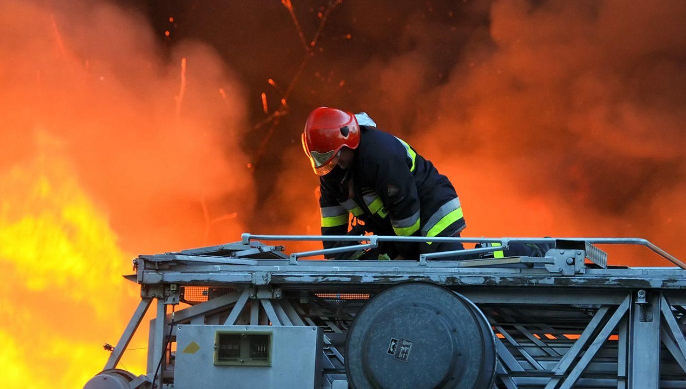W chwili przyjazdu służb ogień wydostawał się przez okna (fot. Shutterstock/Dariush M)