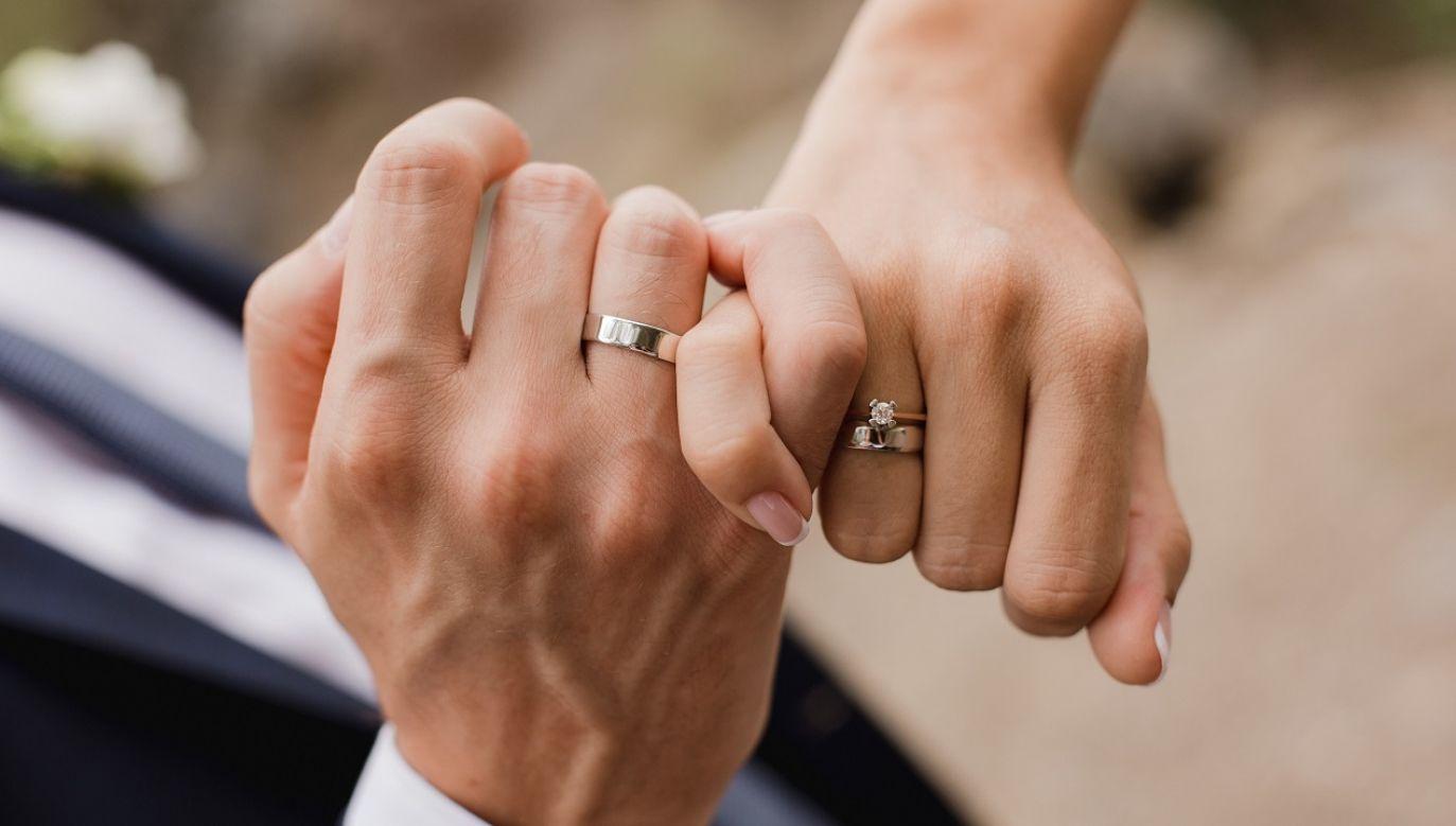 """Anglikańscy biskupi oświadczyli, że zmiany w brytyjskim prawie """"nie zmieniły nauczania Kościoła o małżeństwie czy relacjach jednopłciowych"""" (fot. Shutterstock/Demiantseva Olha)"""