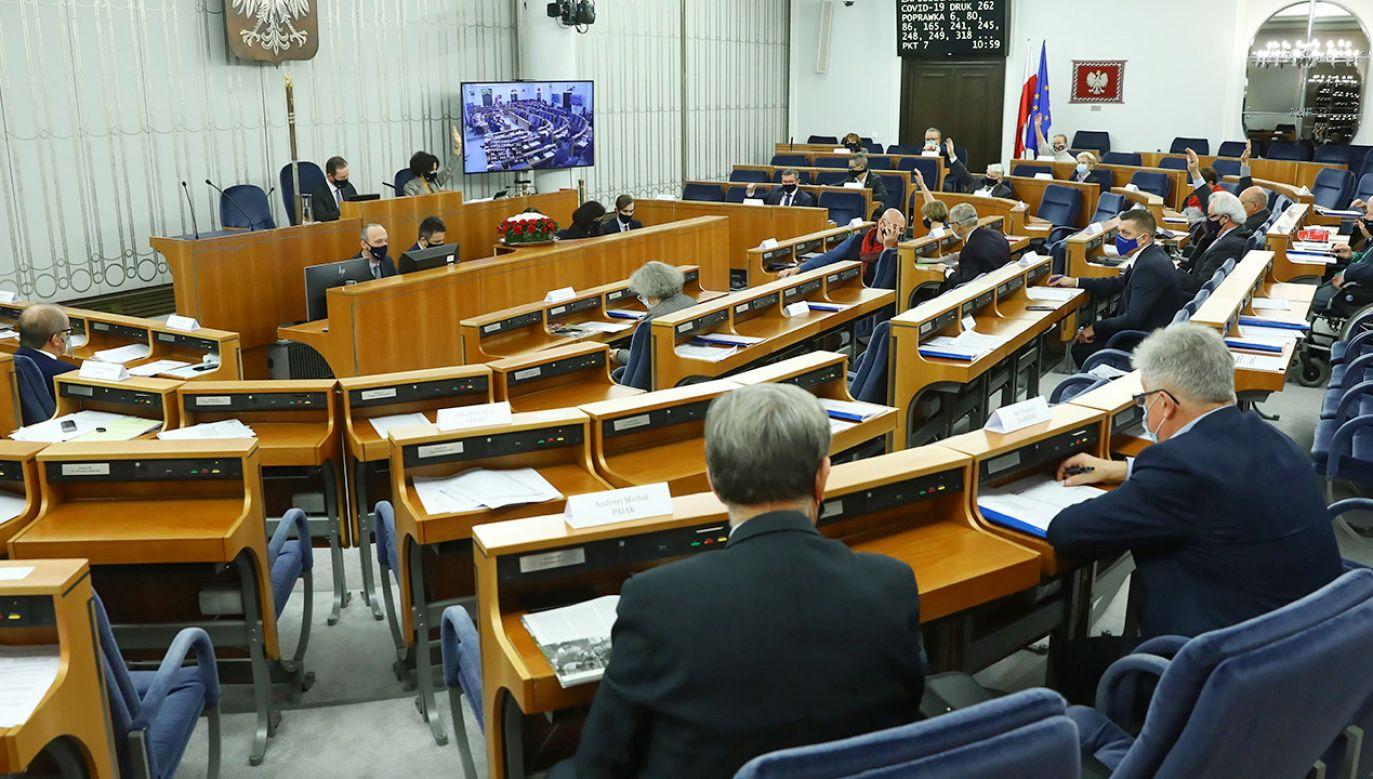 Senatorowi zgłosili w sobotę kilkaset poprawek do ustawy (fot. PAP/Rafał Guz)