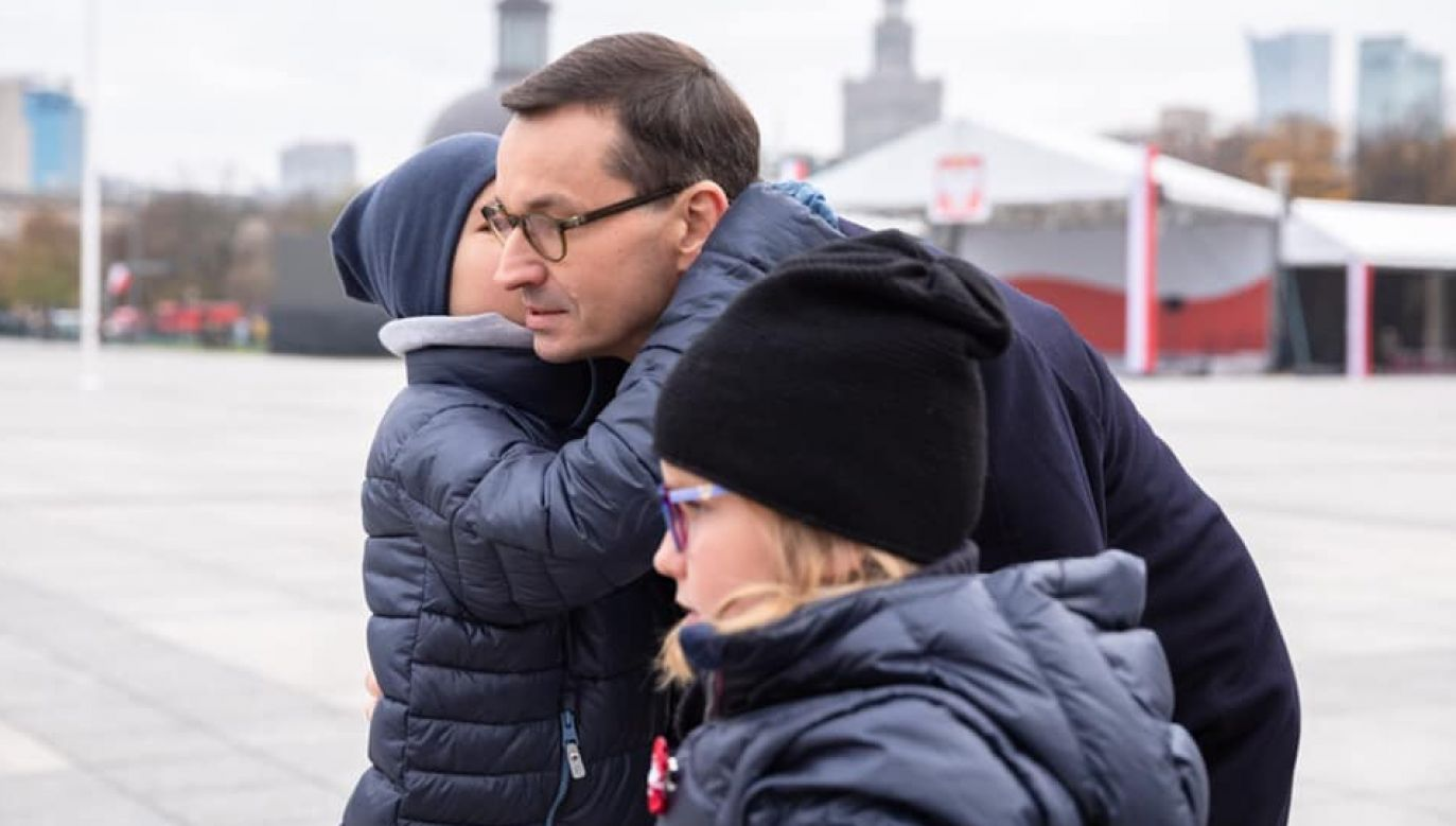 """""""Zależy mi na tym, aby dla Nich także miłość do Polski była jedną z podstawowych wartości"""" – napisał premier (fot. FB/MorawieckiPL)"""