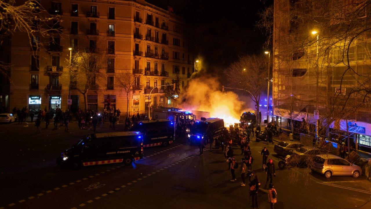 W kilku miejscach Barcelony wandale ustawili barykady z koszy na śmieci (fopt. Adria Puig/Anadolu Agency via Getty Images)