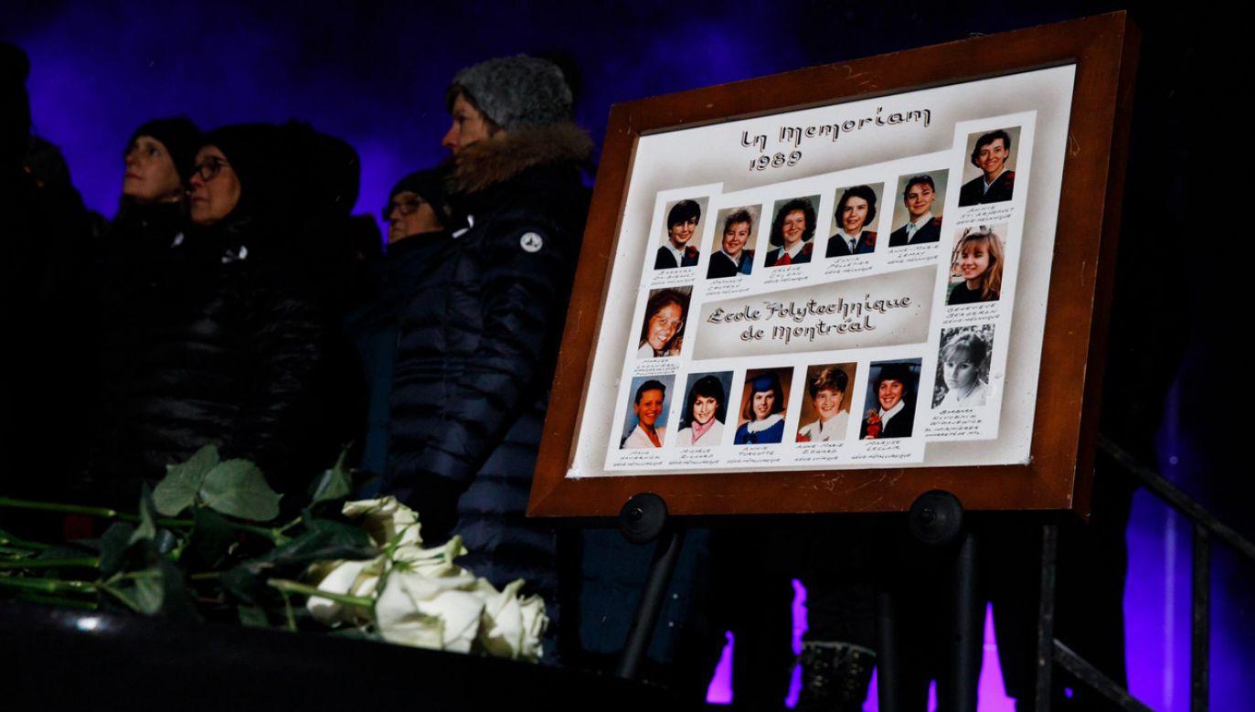 Pamiątkowa tablica na gmachu politechniki w Montrealu ku czci ofiar masakry 1989 r. (fot. Twitter/@JustinTrudeau)