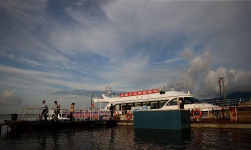 Od porozumienia międzypaństwowego w sprawie zmian granicznych w 2004 roku Chińczycy mogą swobodnie korzystać z wycieczek po rzece Ussuri. Fot. Lintao Zhang/Getty Images